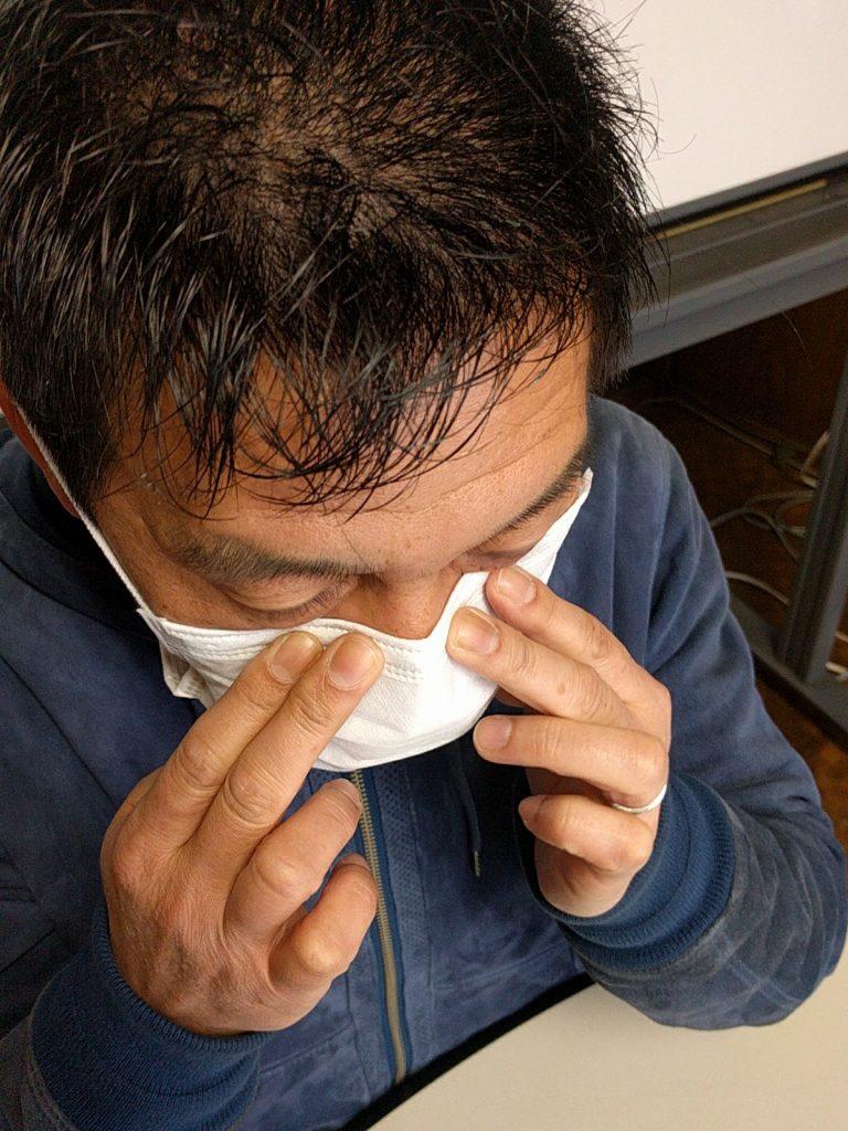 ノーズワイヤーが鼻に密着するように押さえる。