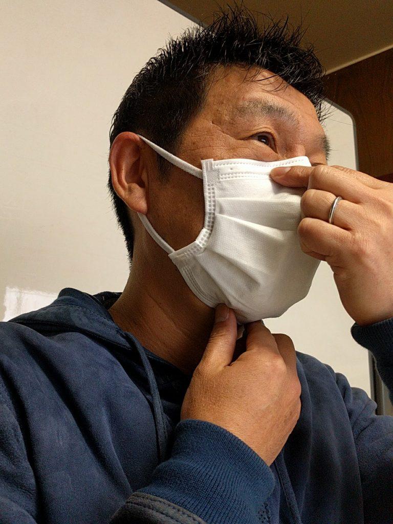 あごとマスクのすき間をうめる。