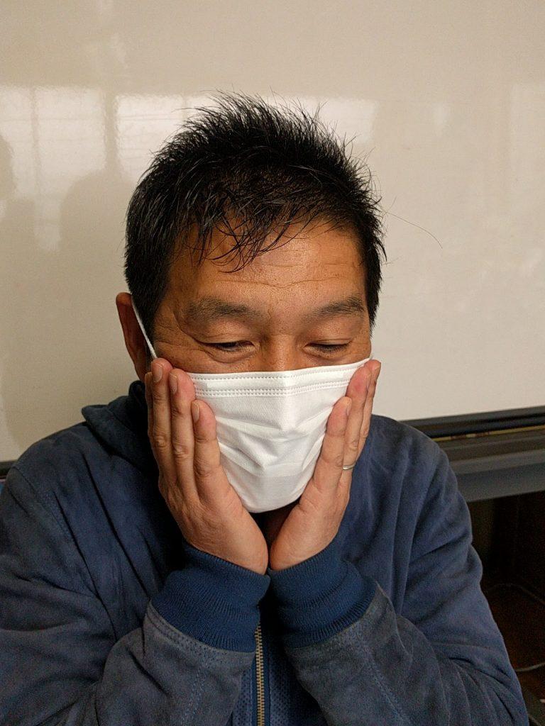 耳の近くの頬とマスクのすき間をうめる。
